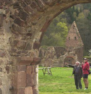 Verbauter Leisniger Porphyr und Rochlitzer Porphyrtuff (rechts unten) im Zisterzienzerkloster Buch bei Leisnig aus dem 12. Jahrhundert, Foto: G. Weber, TV SBuHL