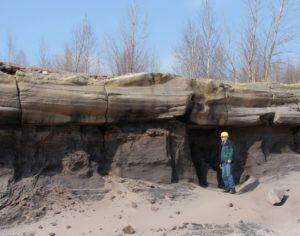 Originale Lage von Tertiärquarzit (oben) im Braunkohlentagebau Profen, Foto: